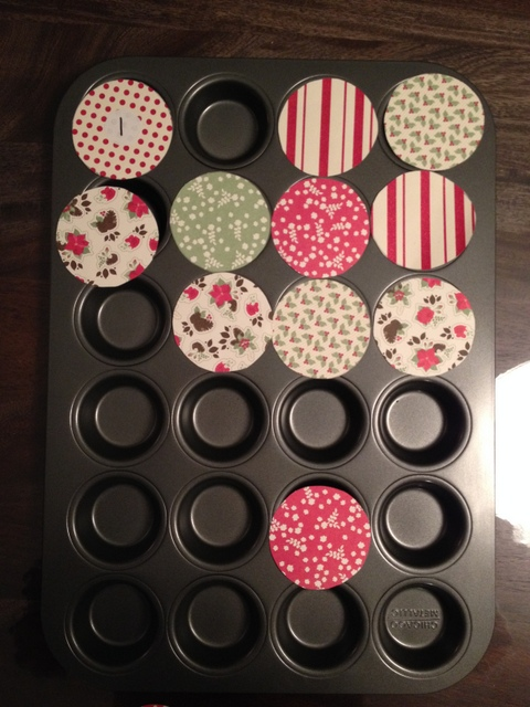 calendrier de l 39 avent dans des moules mini muffins wooloo. Black Bedroom Furniture Sets. Home Design Ideas