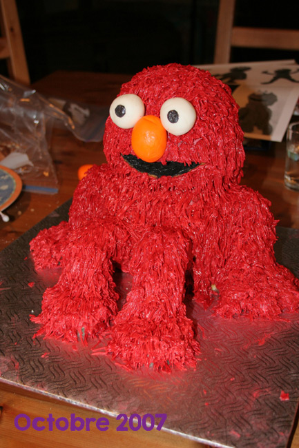 Gâteau rouge Elmo assis
