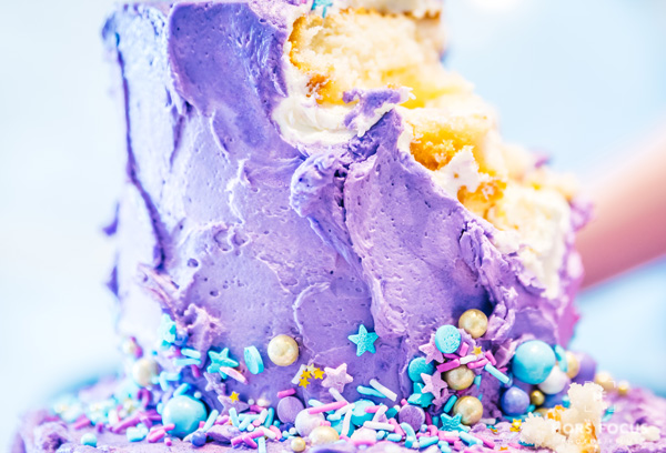 Séance photo smash the cake version adulte avec un gâteau mauve