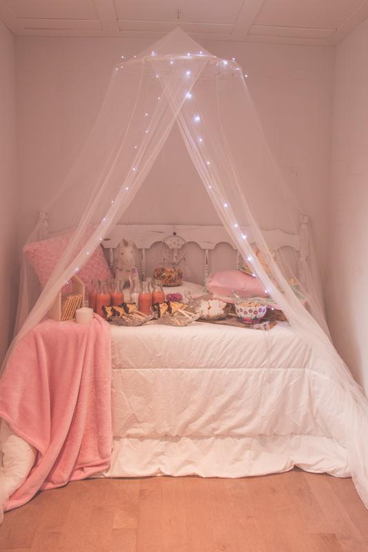 Table de desserts de party pyjama installée sur un lit