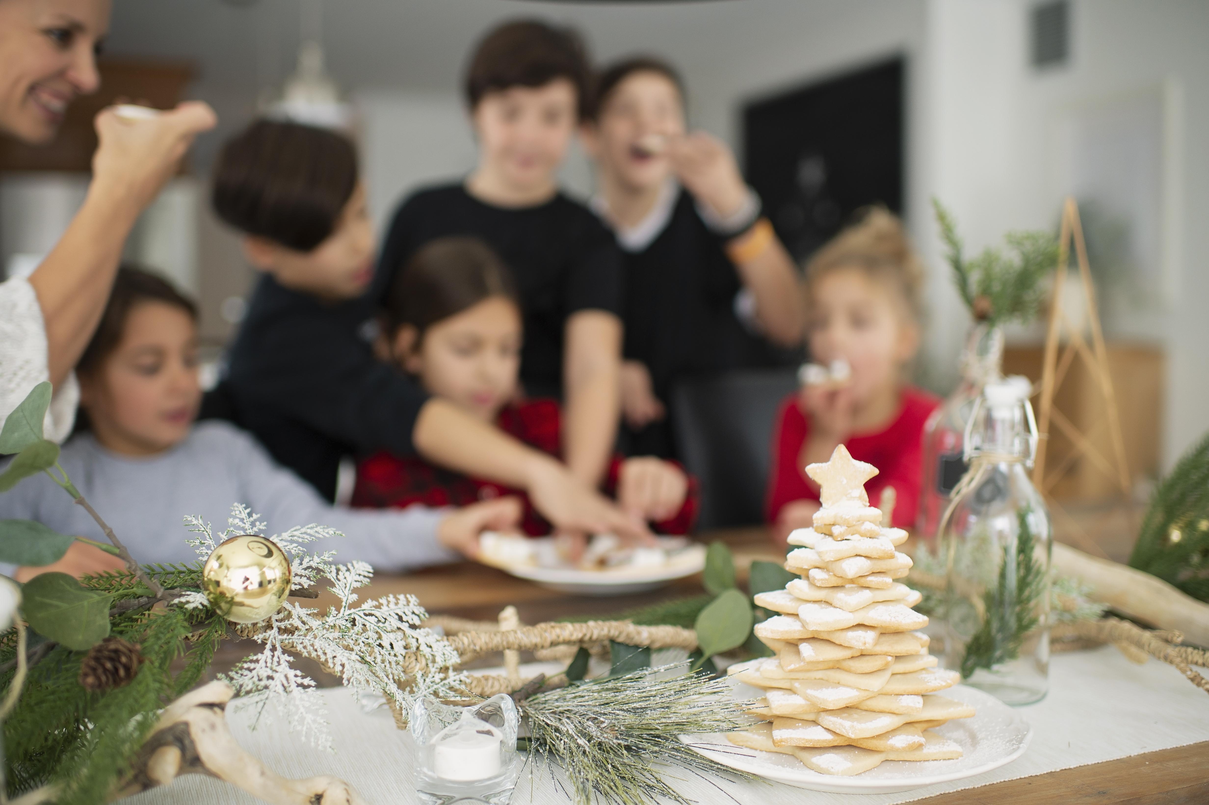 Comment décorer sa table de Noël avec un sapin en biscuits